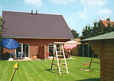 Garten mit Schaukel, Sandkasten und Rasenfläche, Terrasse in Südlage