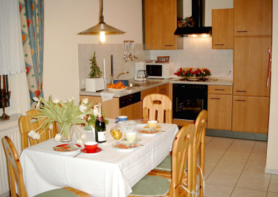 Küche mit Esstisch für 6 Personen