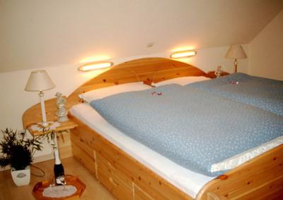 Schlafzimmer mit Doppelbett (2 x 2 m)